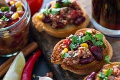 Chili con carne op toost wordt gediend die Stock Foto