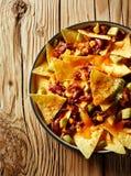 Chili con carne picante com os nachos gratinados imagens de stock