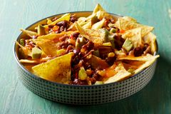 Chili con carne picante, nachos, queijo e abacate fotos de stock