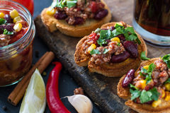 Chili con carne a servi sur le pain grillé Photos stock