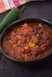 Chili con carne wołowiny chili na czerń stole Zdjęcie Stock