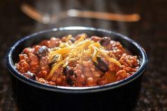 Chili con carne z serem w pucharze Fotografia Stock
