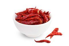 Chili, chili czerwony Korzenny gorący smak, Wysuszeni czerwoni chillies w białej filiżanki odgórnym widoku na białym tle Obraz Royalty Free