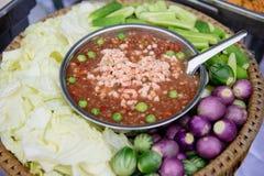 Chili garnela i Świezi warzywa Lokalizować w pokładzie Zdjęcia Royalty Free