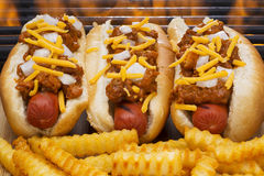 Chili Hot Dogs Grilled in den Brötchen mit Pommes-Frites Lizenzfreie Stockfotos