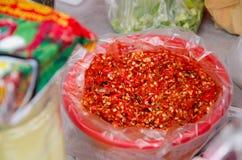 Chili i en röd bunke arkivbilder