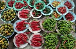 Chili och bönor på marknaden Arkivbild