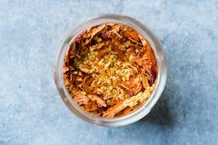 Chili Pepper Flakes e semi secchi in ciotola di vetro immagine stock libera da diritti