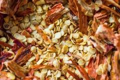 Chili Pepper Flakes et graines secs d'un rouge ardent images libres de droits