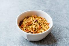 Chili Pepper Flakes et graines secs d'un rouge ardent image stock