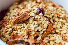 Chili Pepper Flakes et graines secs d'un rouge ardent photo libre de droits