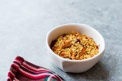 Chili Pepper Flakes et graines secs d'un rouge ardent photos libres de droits