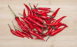 Chili Pepper Heap On Table vermelho fotografia de stock