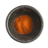 Chili Pepper Powder Heap vermelho na bacia preta do ferro foto de stock