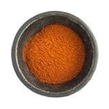 Chili Pepper Powder Heap vermelho na bacia preta do ferro imagem de stock