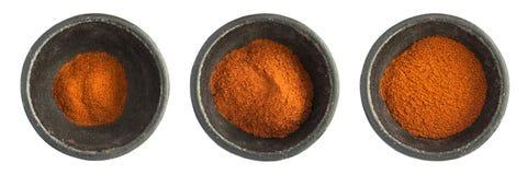 Chili Pepper Powder Heap vermelho na bacia preta do ferro fotografia de stock royalty free