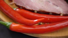 Chili pieprz na tnącej desce zdjęcie wideo