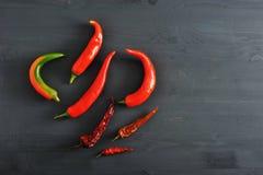 Chili pieprze świezi pieprze i suszący chili pieprze strąki - Fotografia Stock