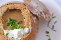 Chili polewka w chlebowym pucharze Zdjęcia Stock