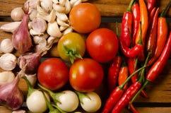 Chili, pomidor, szalotka i czosnek na drewnianym tle, Zdjęcie Stock
