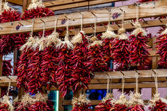 Chili Ristras sec au marché d'agriculteurs Photographie stock