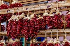 Chili Ristras secado en el mercado de los granjeros Fotografía de archivo