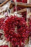 Chili Ristras secado en el mercado de los granjeros Fotos de archivo libres de regalías