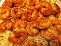 Chili Spiced Shrimp Served Over pasta arkivfoton
