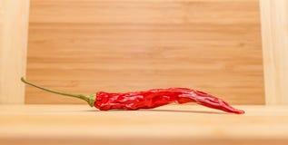 Chili On Wooden Table rosso Immagine Stock Libera da Diritti