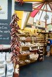 Chiliasken shoppar på stadmarknaden Arkivbild