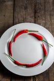 Chilies круга форменные красные на плите Стоковая Фотография RF
