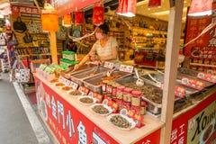 Chilifiskförsäljare och shoppare på Danshui som shoppar område Arkivfoto