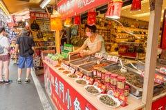 Chilifiskförsäljare och shoppare på Danshui som shoppar område Arkivbilder
