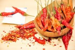 Chiliflinga och torkad chili inom träskeden Royaltyfria Bilder