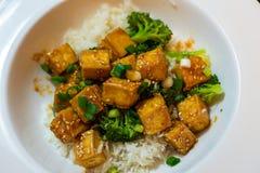 Chilihonungtofu med ris och broccoli Royaltyfri Bild