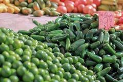 Chilijalapeños på en bondemarknad royaltyfri foto