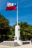 Chilijczyka chorągwiany biczowanie w wiatrze przy pomnikiem, Punta Arenas, M Obrazy Royalty Free
