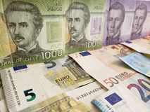 Chilijscy banknoty i euro rachunki obraz stock
