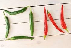 Chilipeppar är i form av ett ord PÅ Royaltyfria Foton
