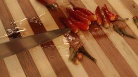 Chilipeppar klippte på skärbrädan - nära övre lager videofilmer