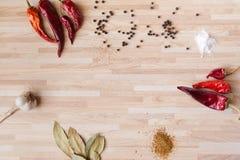 Chilipeppar, lagerblad, svartpeppar, hel vitlök Royaltyfri Foto