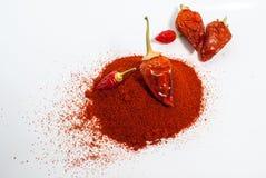 Chilipeppar med högen av malde peppar Royaltyfria Bilder