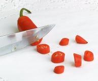 Chilipeppar och kniv Arkivbilder