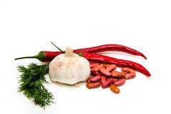 Chilipeppar och persilja på vitjordning Arkivfoto