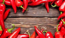 Chilipeppar på en tabell Arkivbilder