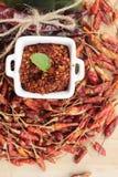 Chilipulver och torkade peppar på wood bakgrund Arkivbilder