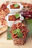 Chilipulver och torkade peppar på wood bakgrund Arkivfoto