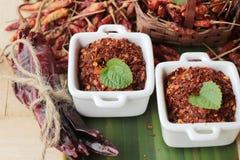 Chilipulver och torkade peppar på wood bakgrund Arkivfoton