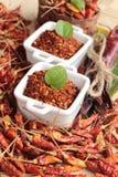 Chilipulver och torkade peppar på wood bakgrund Royaltyfria Foton