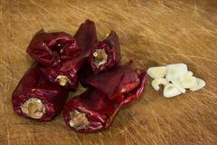 Chilis ed aglio rossi secchi Fotografia Stock